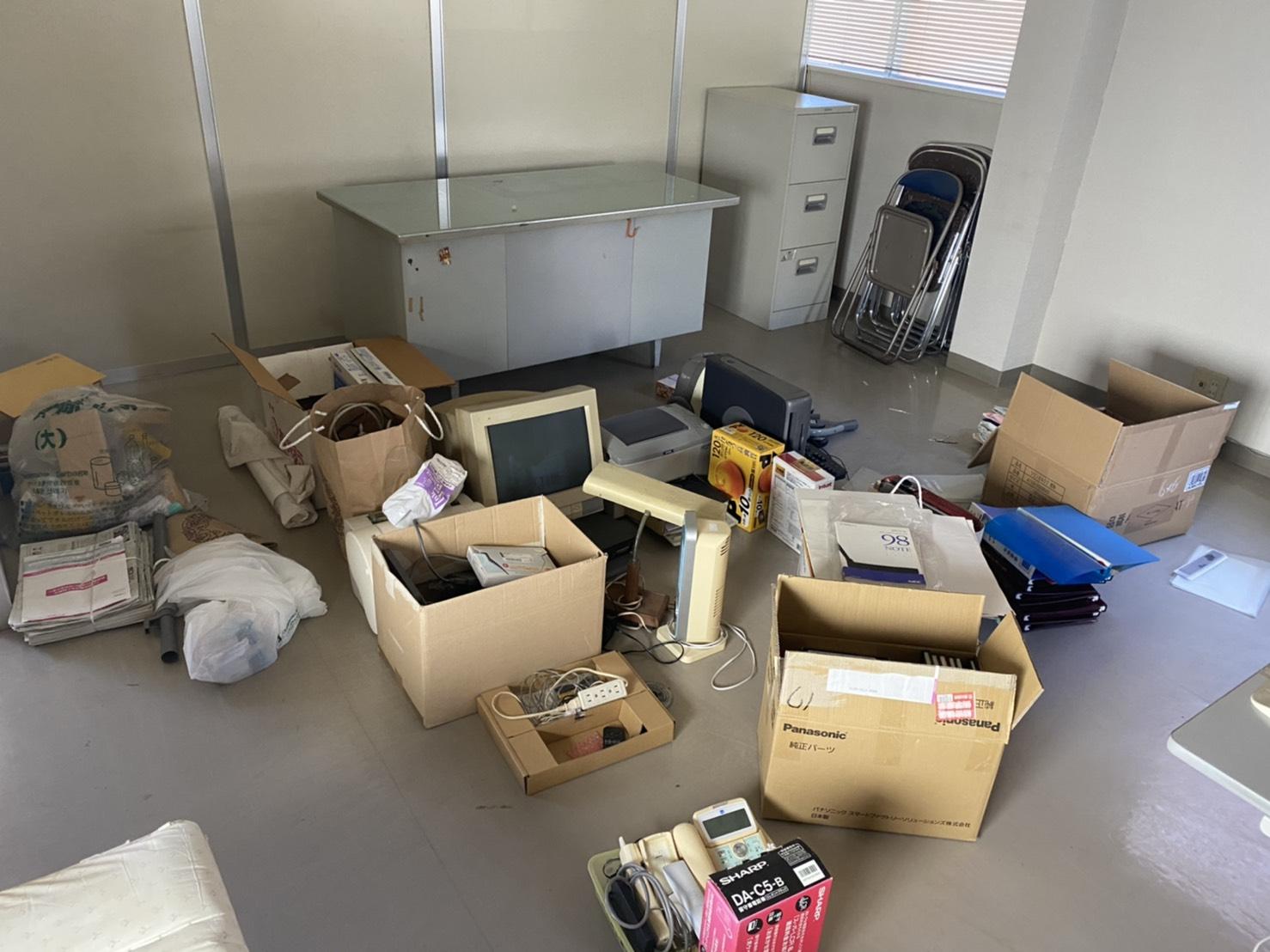 デスクワゴン、デスク、パソコン、パイプ椅子の回収前