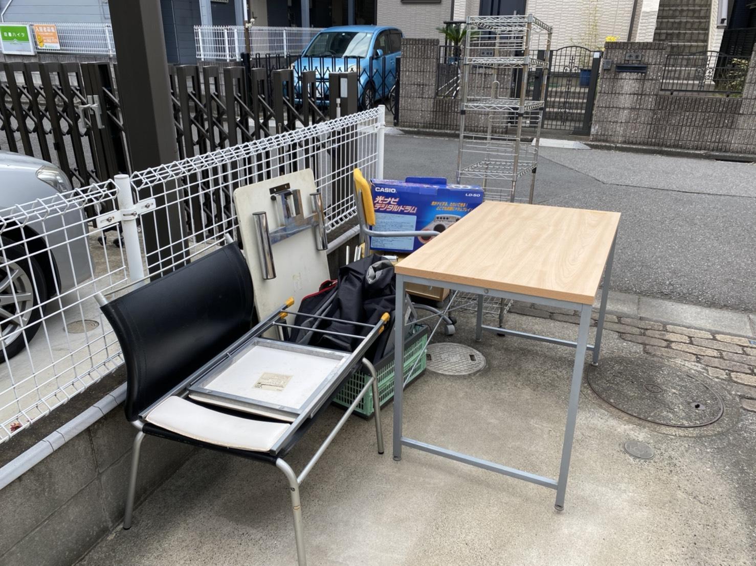 机、椅子、スチールラックの回収前