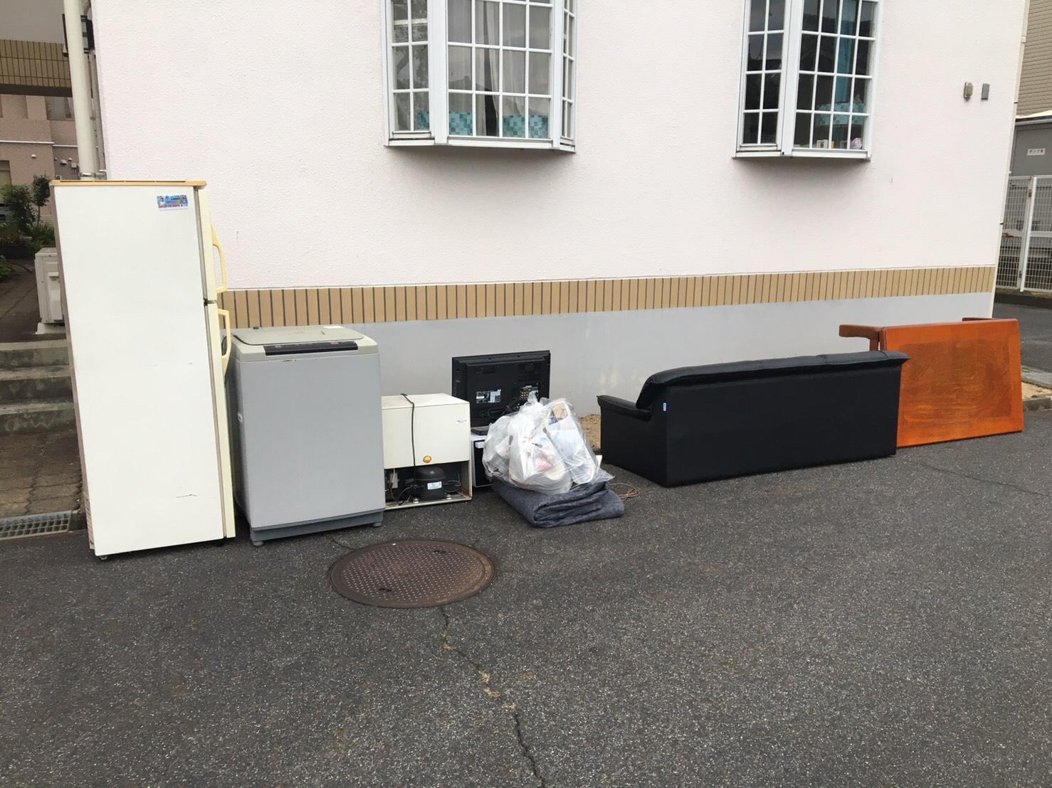 ソファ、テーブル、洗濯機、冷蔵庫、テレビ、電子レンジの回収前