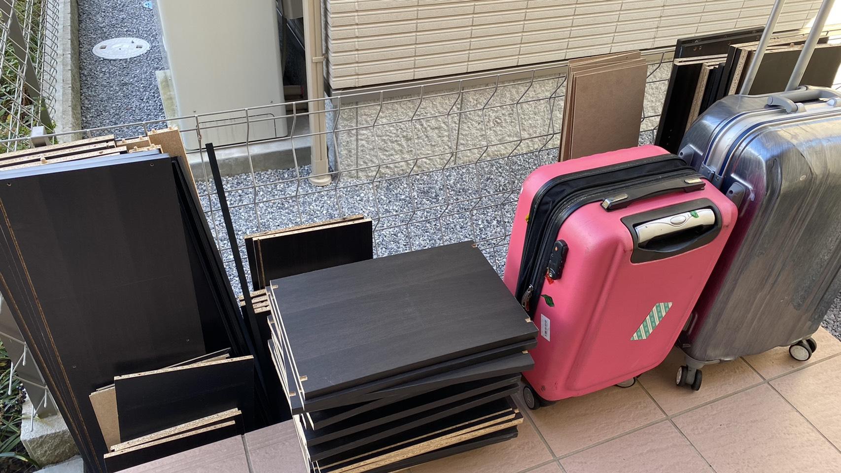 スーツケース、カラーボックスの回収前