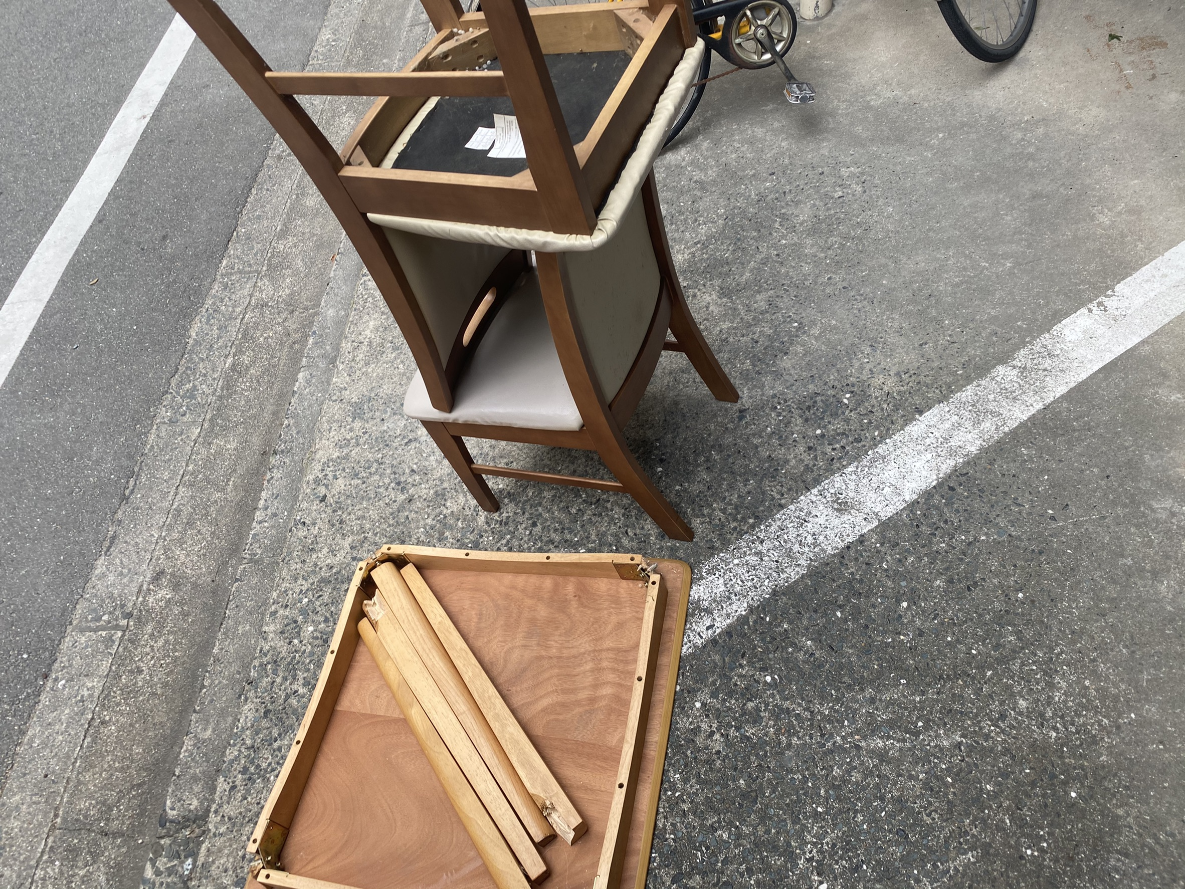 椅子、コタツの回収前