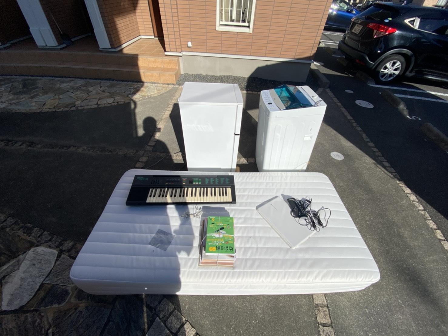 マットレス、電子ピアノ、パソコン、洗濯機、冷蔵庫の回収前