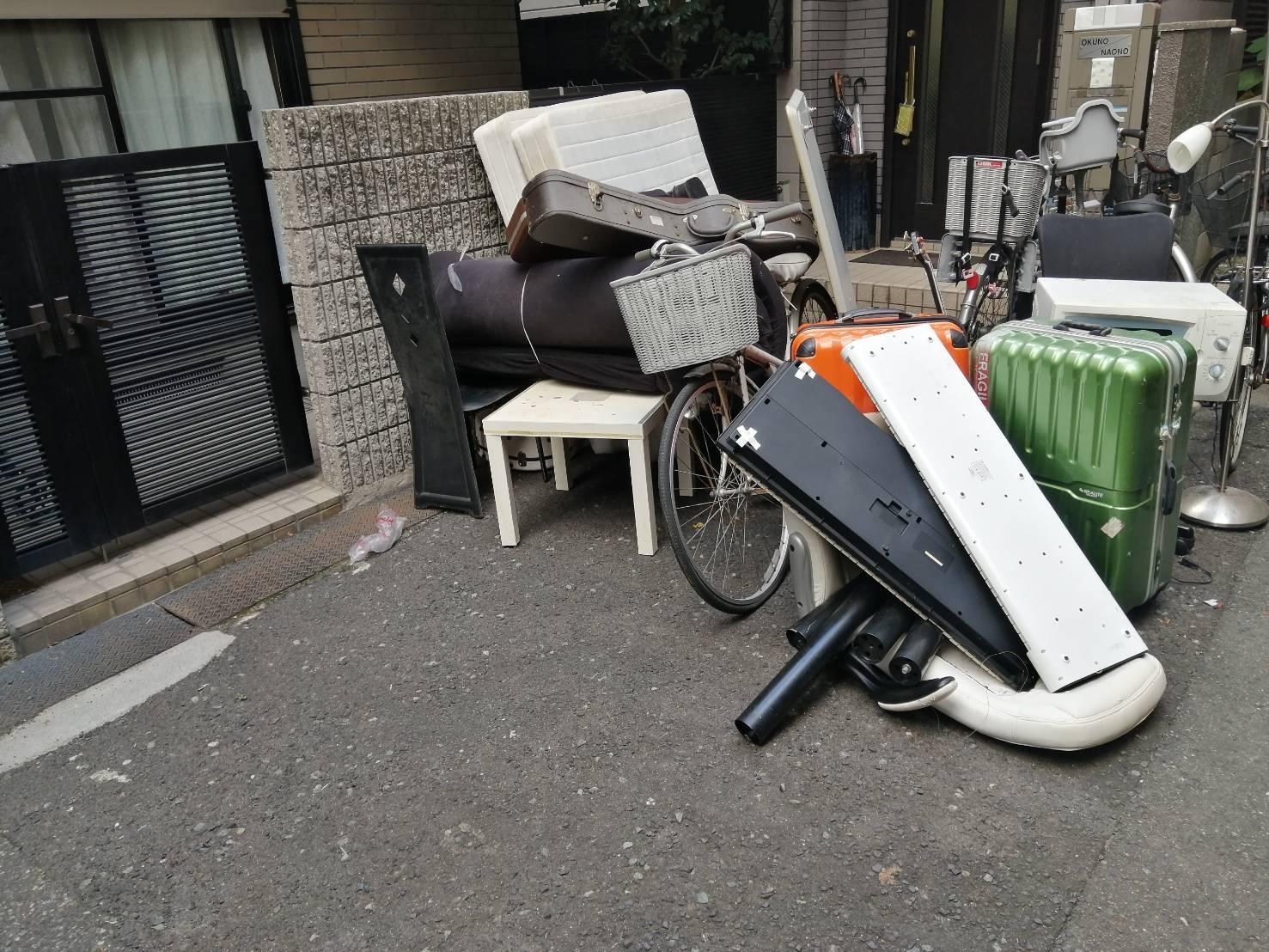 電子ピアノ、スーツケース、自転車、マットレスの回収前