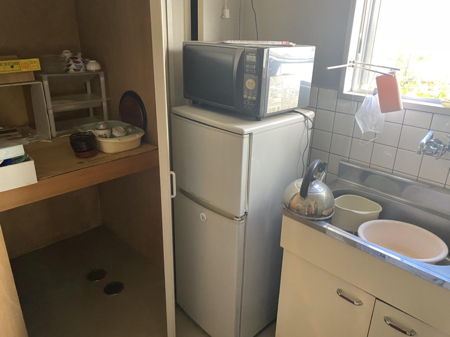 電子レンジ、冷蔵庫、食器の回収前