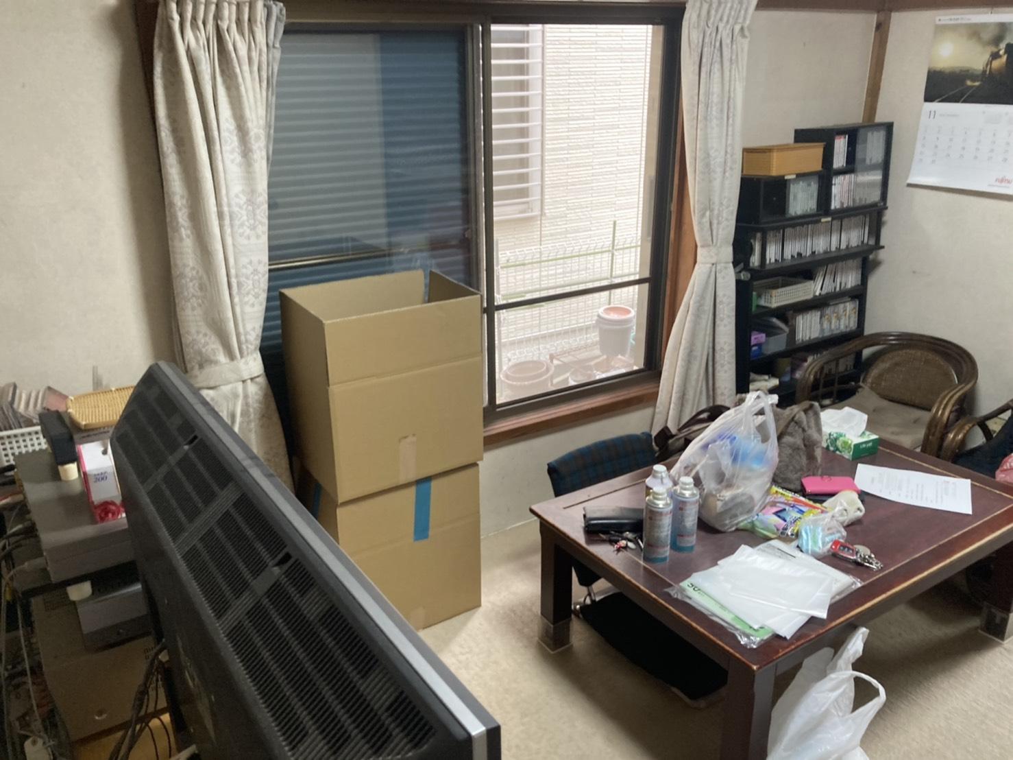 テーブル、テレビ、その他不用品の回収前