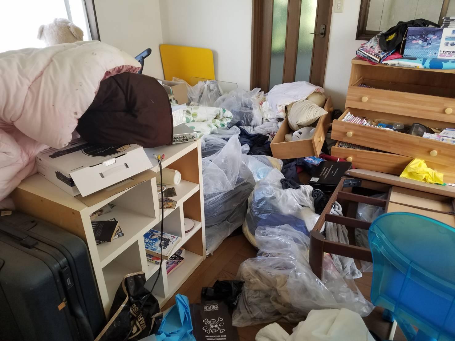 衣類や本棚などの不用品の回収前