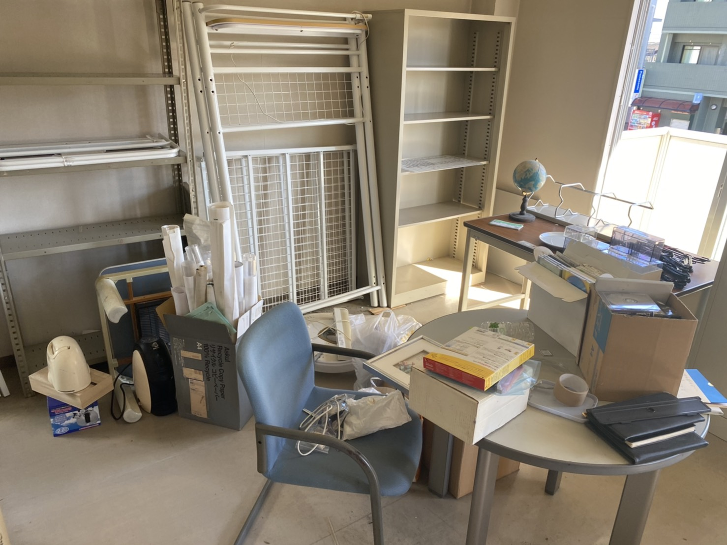 棚、デスク、椅子、スチールラックの回収前