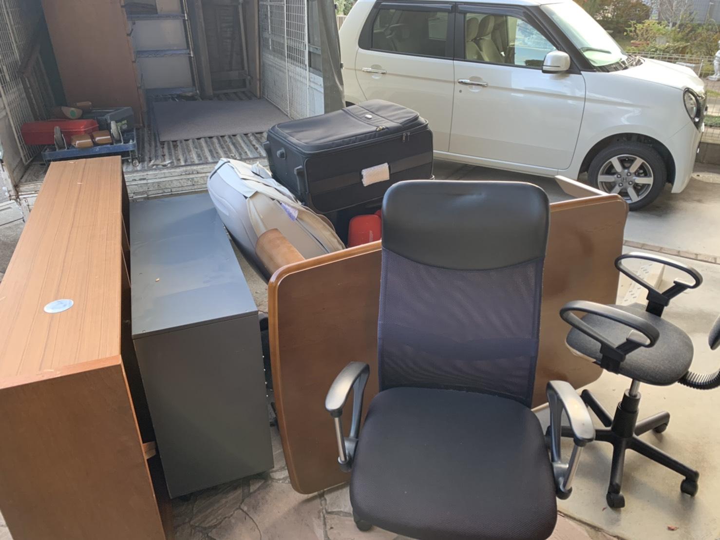 本棚、ワークチェア、テーブル、スーツケースの回収前