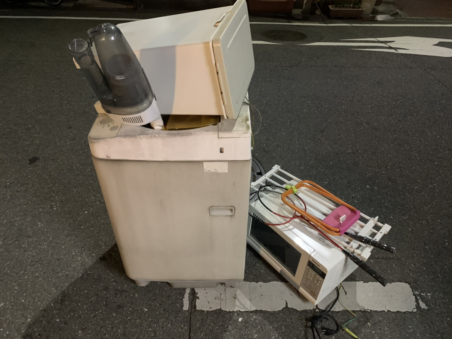 洗濯機、電子レンジ、掃除機、ゴミ箱の回収前