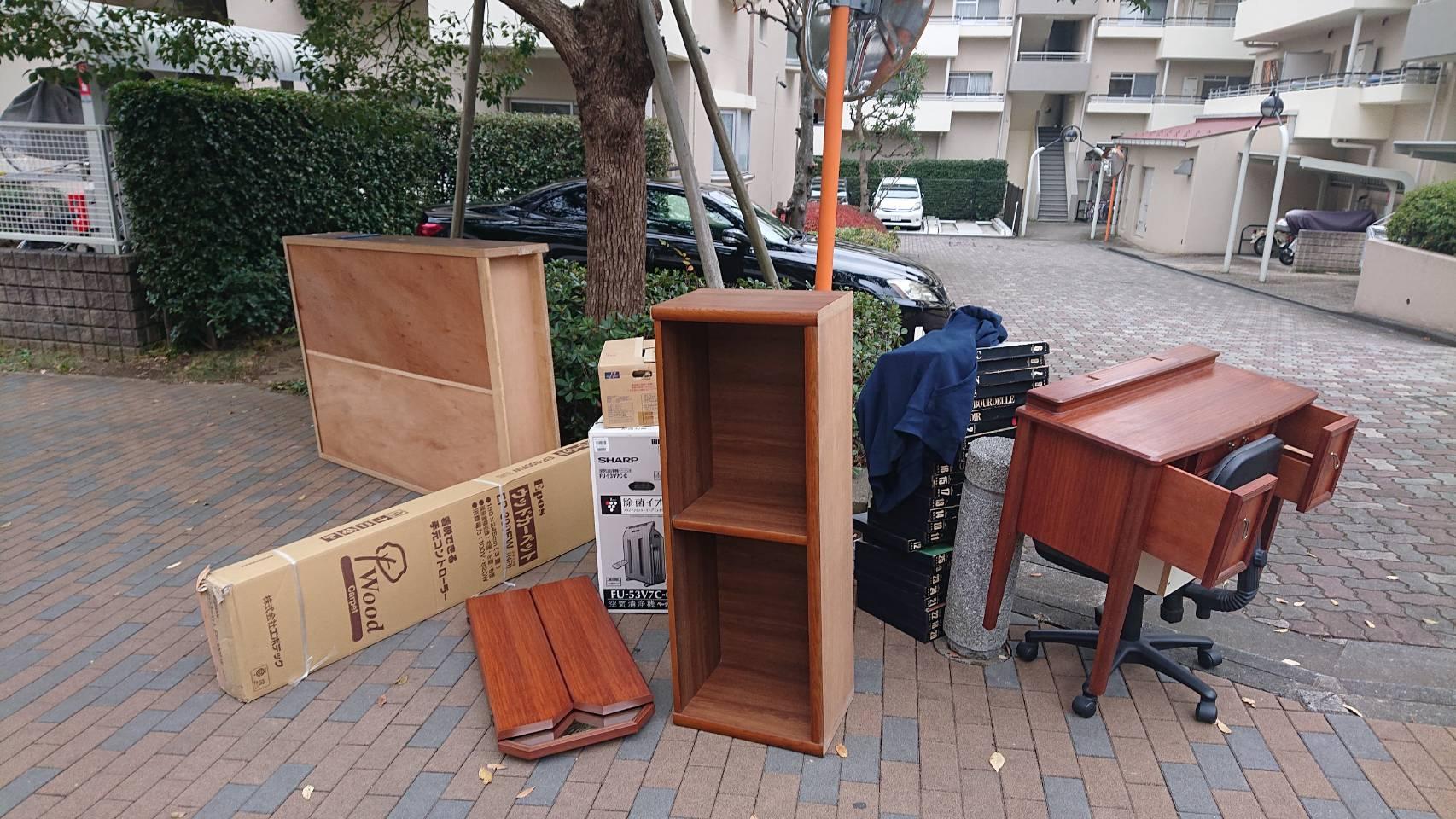 本棚、テーブルなどの家具類の回収前