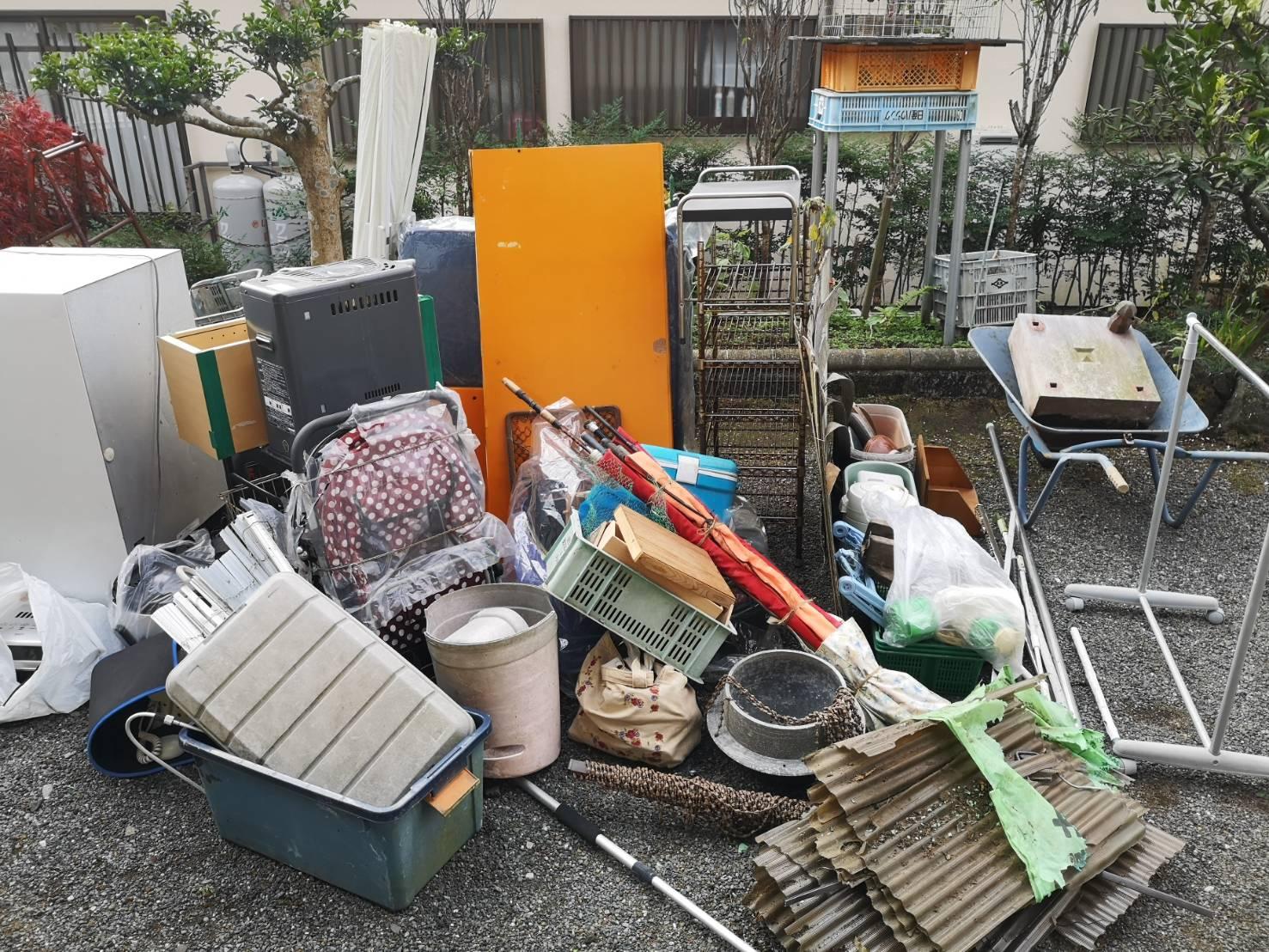 収納家具をはじめとした大量の不用品の回収前