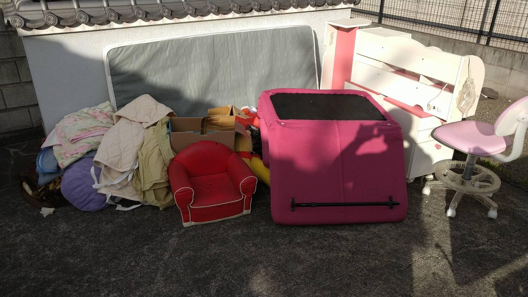 マットレス、椅子などの不用品の回収前