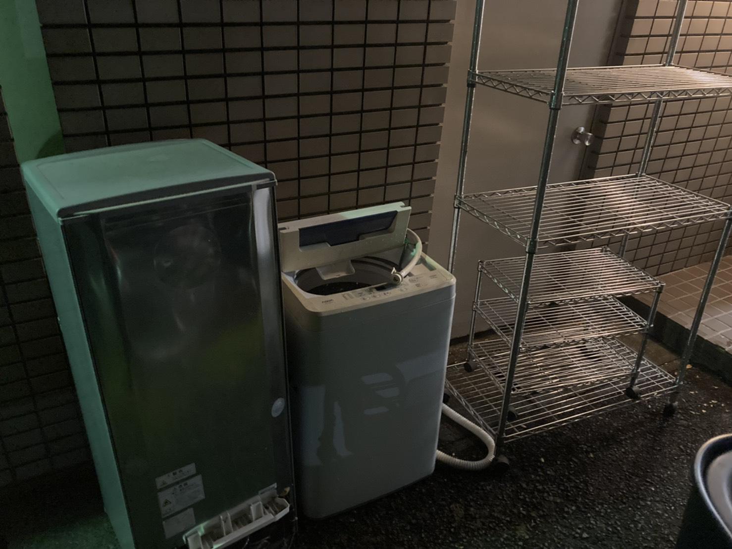 洗濯機、冷蔵庫、メタルラックの回収前