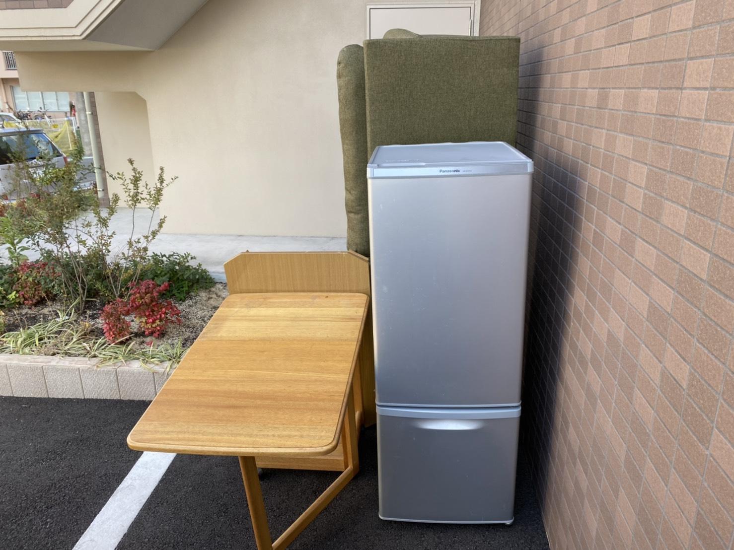 冷蔵庫、ソファー、テーブルの回収前