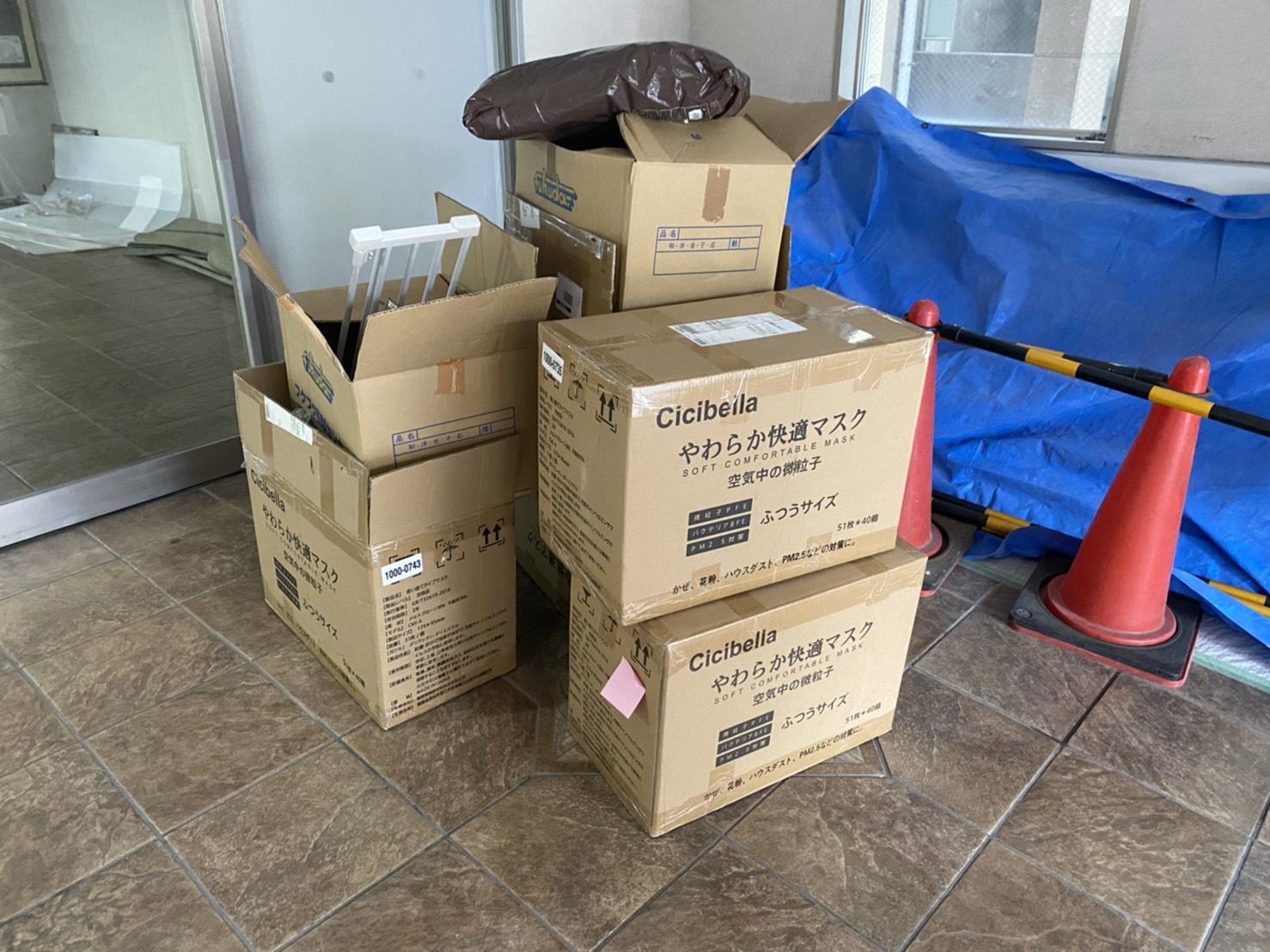 梱包された様々な不用品の回収前