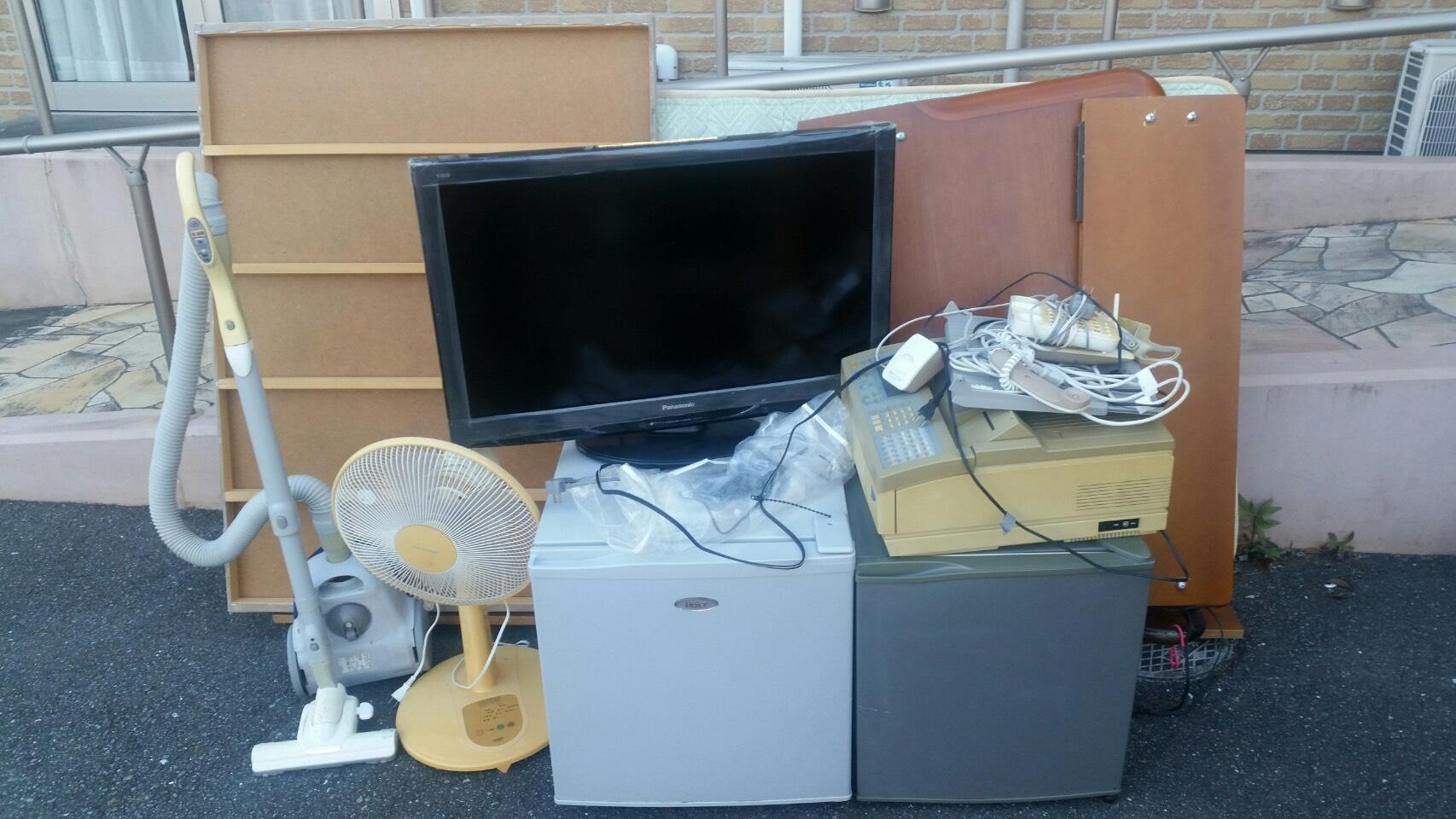 冷蔵庫、FAX、マットレス、掃除機、扇風機、テレビの回収前