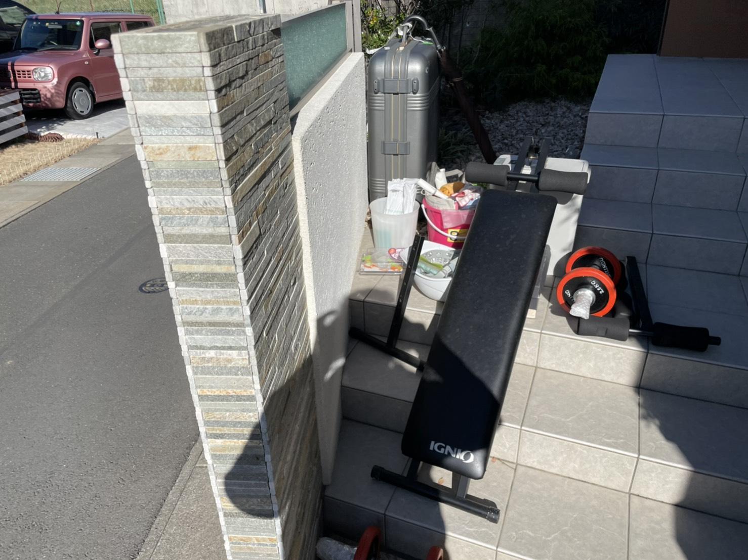 ベンチ台、ダンベル、スーツケースの回収前