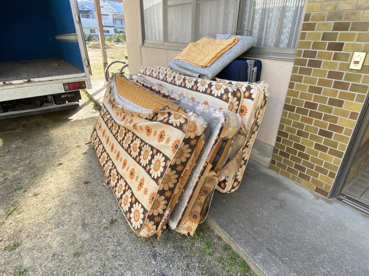 マットレス、折り畳みベッド、カーペットの回収前