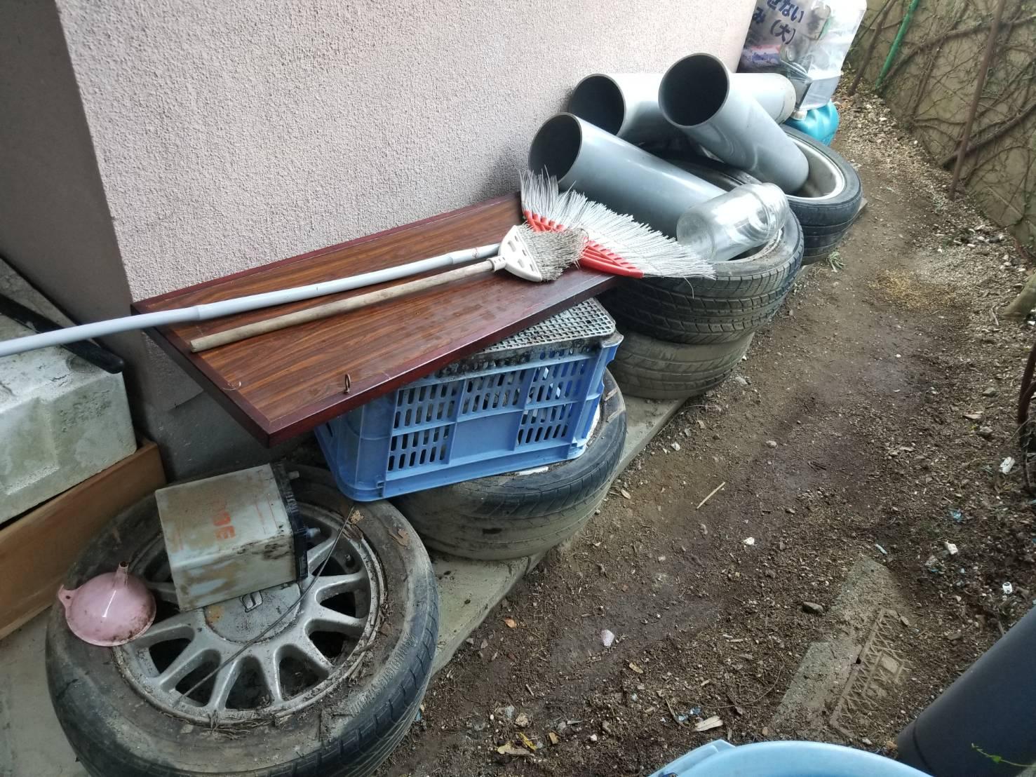 タイヤ、パイプ、ほうきの回収前
