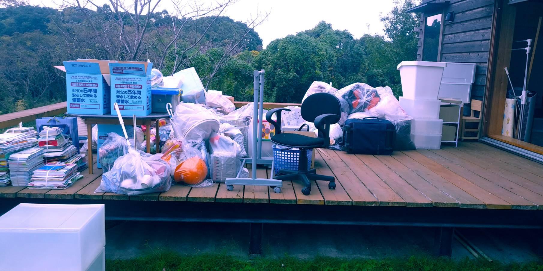 スーツケース、雑誌、収納ケース、衣類の回収前